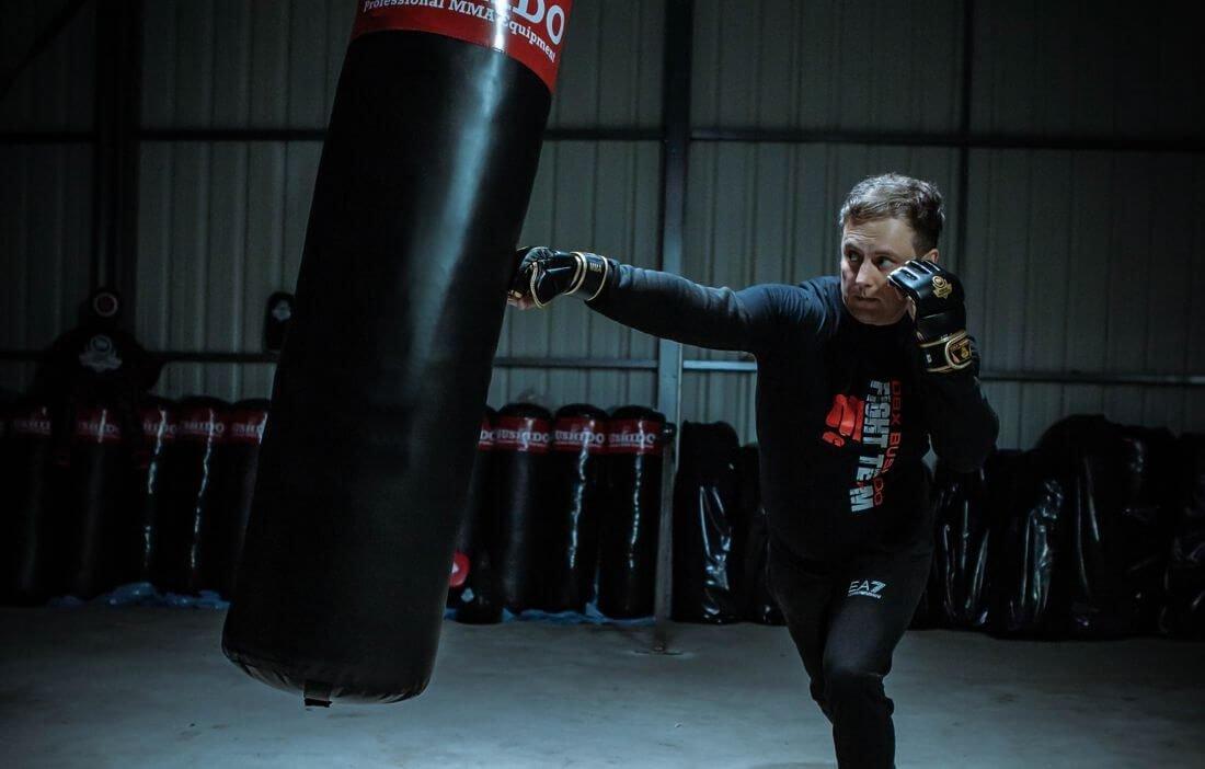 ręakwice do treningu na worku bokserskim